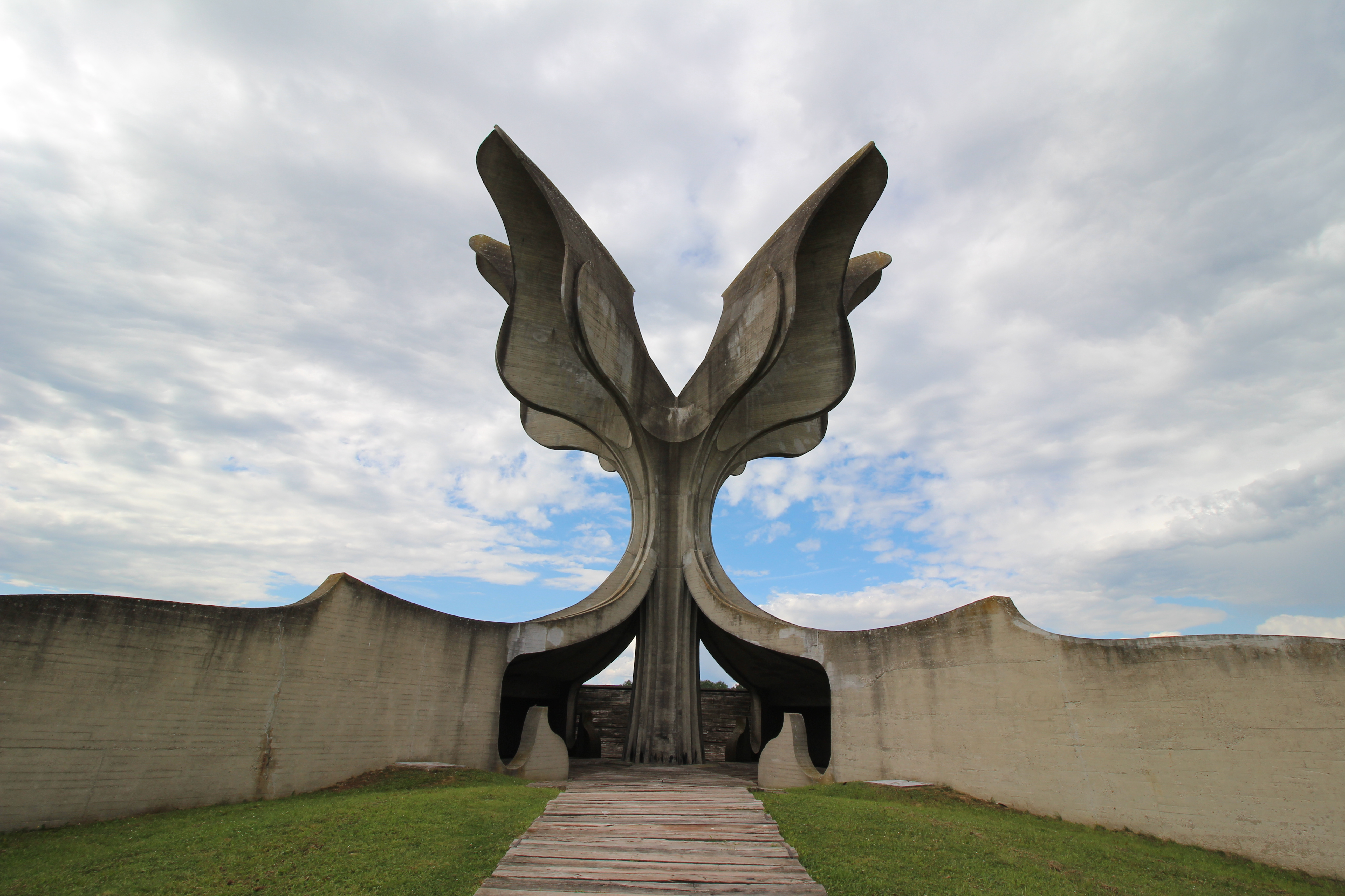 Heideggerjevska interpretacija spominskih skulptur Bogdana Bogdanovića